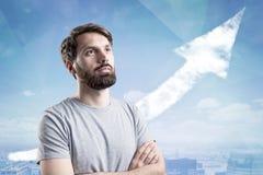 Άτομο στην μπλούζα και τη γραφική παράσταση ανάπτυξης Στοκ φωτογραφία με δικαίωμα ελεύθερης χρήσης