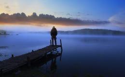 Άτομο στην ξύλινη γέφυρα Στοκ Εικόνα
