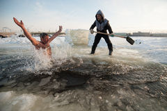 Άτομο στην πάγος-τρύπα Στοκ εικόνες με δικαίωμα ελεύθερης χρήσης