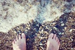 Άτομο στην παραλία χαλικιών Στοκ φωτογραφία με δικαίωμα ελεύθερης χρήσης