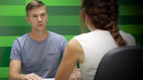 Άτομο στην περιστασιακή επικοινωνία με τη επιχειρηματία απόθεμα βίντεο