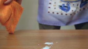 Άτομο στην ποδιά που κάνει τις δραστηριότητες σπιτιών ενώ η σύζυγός του είναι στην εργασία, οικιακά φιλμ μικρού μήκους