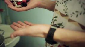 Άτομο στην ποδιά στη μετατόπιση από ένα χέρι στις άλλες λεπτομέρειες από τον εξοπλισμό μουσικής απόθεμα βίντεο
