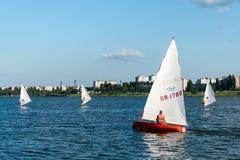 Άτομο στην πλέοντας βάρκα και windsurfer Στοκ φωτογραφίες με δικαίωμα ελεύθερης χρήσης