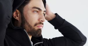 Άτομο στην τοποθέτηση hoodie στο άσπρο κλίμα 4k φιλμ μικρού μήκους