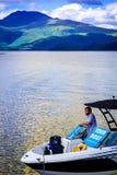 Άτομο στη βάρκα μηχανών γύρου στη λίμνη Lomond λιμνών στη Σκωτία, στις 21 Ιουλίου 2016 Στοκ φωτογραφία με δικαίωμα ελεύθερης χρήσης