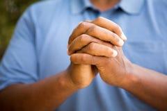 Άτομο στη βαθιά σκέψη στην προσευχή και τη λατρεία Στοκ Εικόνες