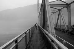 Άτομο στη γέφυρα στοκ εικόνες με δικαίωμα ελεύθερης χρήσης