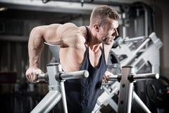 Άτομο στη γυμναστική στην άσκηση εμβύθισης στοκ φωτογραφία