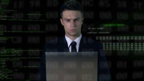 Άτομο στη δακτυλογράφηση κοστουμιών στο lap-top, κώδικας λογισμικού στο υπόβαθρο, αμυχή κωδικού πρόσβασης φιλμ μικρού μήκους