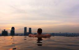 Άτομο στη λίμνη απείρου στον κόλπο Skypark μαρινών στον ορίζοντα της Σιγκαπούρης στοκ φωτογραφία με δικαίωμα ελεύθερης χρήσης