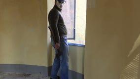 Άτομο στη μάσκα αποκριών στο σπίτι στο ανοικτό παράθυρο απόθεμα βίντεο