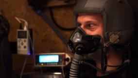 Άτομο στη μάσκα και κράνος που εξετάζει τα φουτουριστικά μηχανήματα απόθεμα βίντεο
