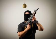Άτομο στη μάσκα με το πυροβόλο όπλο και το παιχνίδι Χριστουγέννων Στοκ εικόνες με δικαίωμα ελεύθερης χρήσης