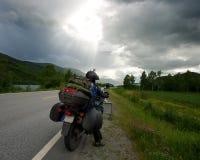 Άτομο στη μοτοσικλέτα στο δρόμο στοκ εικόνες