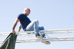 Άτομο στη δομή χάλυβα καμία προστασία για την ασφάλεια Στοκ εικόνα με δικαίωμα ελεύθερης χρήσης
