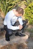 Άτομο στη σοβαρή προσευχή Στοκ εικόνα με δικαίωμα ελεύθερης χρήσης