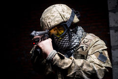 Άτομο στη στρατιωτική στολή με το πυροβόλο όπλο στο χέρι του στοκ φωτογραφίες