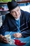 Άτομο στη συνεδρίαση Fedora στο γευματίζοντα Στοκ Φωτογραφία