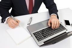 Άτομο στη συνεδρίαση κοστουμιών με το lap-top Στοκ φωτογραφία με δικαίωμα ελεύθερης χρήσης