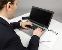 Άτομο στη συνεδρίαση κοστουμιών με το lap-top Στοκ Εικόνες