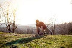 Άτομο στη φύση που κάνει την ώθηση επάνω με τα βάρη Στοκ φωτογραφία με δικαίωμα ελεύθερης χρήσης