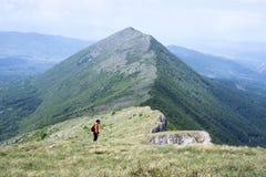 Άτομο στις άγρια περιοχές βουνών στοκ εικόνες