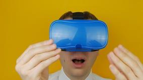 Άτομο στις αφές κασκών vr από την εικονική πραγματικότητα χεριών του, επικεφαλής-τοποθετημένη επίδειξη απόθεμα βίντεο