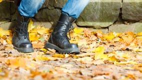 Άτομο στις μαύρες μπότες Στοκ Φωτογραφίες