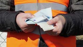 Άτομο στις χειροπέδες με τα ευρο- τραπεζογραμμάτια φιλμ μικρού μήκους