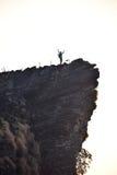 Άτομο στον απότομο βράχο στοκ εικόνα με δικαίωμα ελεύθερης χρήσης