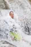 Άτομο στον καταρράκτη Στοκ φωτογραφία με δικαίωμα ελεύθερης χρήσης