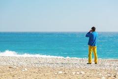 Άτομο στον περιστασιακό ιματισμό που μιλά στην τηλεφωνική εν πλω παραλία στοκ εικόνες