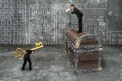 Άτομο στον υπάλληλο θωρακικής εντολής θησαυρών που φέρνει το ευρο- κλειδί συμβόλων Στοκ Φωτογραφία