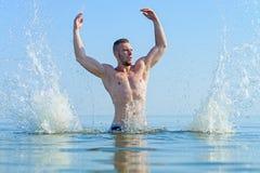 Άτομο στους παφλασμούς νερού Στοκ Φωτογραφία