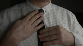 Άτομο στο άσπρο πουκάμισο που ρυθμίζει την μπλε γραβάτα του και με τα δύο χέρια φιλμ μικρού μήκους