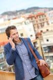 Άτομο στο έξυπνο τηλέφωνο - νέα ομιλία επιχειρησιακών ατόμων Στοκ Φωτογραφίες