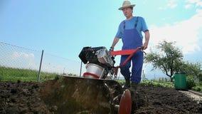 Άτομο στο έδαφος που καλλιεργεί το χώμα σε αργή κίνηση απόθεμα βίντεο