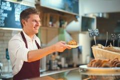 Άτομο στο αρτοποιείο Στοκ Φωτογραφία