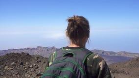 Άτομο στο βουνό απόθεμα βίντεο