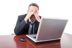 Άτομο στο γραφείο που καλύπτει τα μάτια όπως την κούραση Στοκ Εικόνες