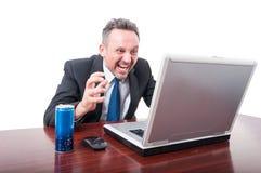Άτομο στο γραφείο που κραυγάζει με το ενεργειακό ποτό κατά μέρος Στοκ Εικόνα