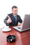 Άτομο στο γραφείο που παρουσιάζει αριθ. στο κάπνισμα Στοκ φωτογραφία με δικαίωμα ελεύθερης χρήσης
