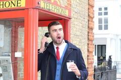 Άτομο στο δέο κατά τη διάρκεια του τηλεφωνήματος στοκ εικόνες