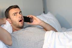 Άτομο στο δέο μετά από να ακούσει μερικές ειδήσεις στοκ εικόνες
