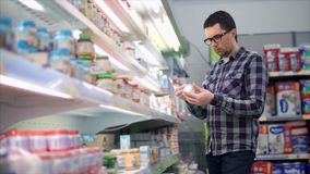 Άτομο στο εμπορικό κέντρο που επιλέγει τις παιδικές τροφές απόθεμα βίντεο