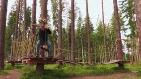 Άτομο στο εναέριο πάρκο σειράς μαθημάτων σχοινιών απόθεμα βίντεο