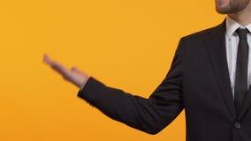 Άτομο στο επιχειρησιακό κοστούμι που δείχνει στο κενό υπόβαθρο, θέση για το πρότυπό σας απόθεμα βίντεο