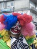 Άτομο στο ζωηρόχρωμο κοστούμι κλόουν κατά τη διάρκεια της ετήσιας παρέλασης καρναβαλιού στην Ελλάδα στοκ φωτογραφίες με δικαίωμα ελεύθερης χρήσης