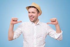 Άτομο στο θερινό καπέλο που φαίνεται βέβαιο με το χαμόγελο στο πρόσωπο που δείχνει σε τον στοκ φωτογραφίες με δικαίωμα ελεύθερης χρήσης